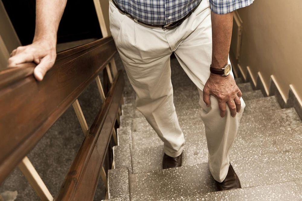 Formas seguras sobre cómo subir a una persona mayor por las escaleras