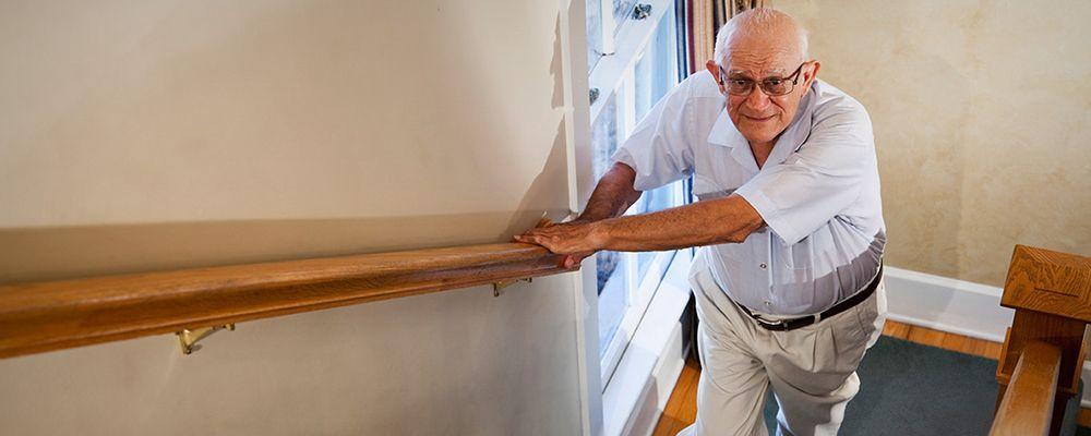 cómo subir a una persona mayor por las escaleras